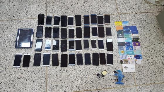 이들이 훔친 휴대전화 등 금품 [연합뉴스]