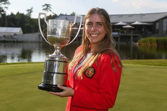 18일 숨진 채 발견된 골프 유망주 셀리아 바킨 아로자메나가 유럽 여자 아마추어 챔피언십 우승컵을 들고 있다. [EPA]
