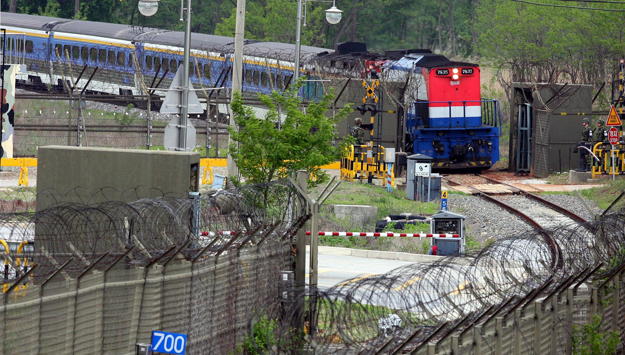 지난 2007년 5월 남북철도 시험운영에서 경의선 열차가 개성에 갔다가 돌아오는 모습. [연합뉴스]
