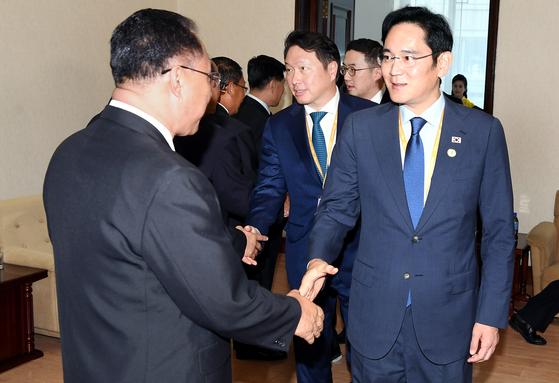이재용 삼성전자 부회장(오른쪽)이 18일 오후 평양 인민문화궁전에서 북한의 경제를 책임지고 있는 이용남 북한 내각부총리(왼쪽)와 인사하고 있다. 이날 면담에 참석한 경제인 사절단은 북한 관계자들과 남북한 경제협력에 대한 이야기를 나눴다. 오른쪽 둘째부터 구광모 LG·최태원 SK 회장. [평양사진공동취단]