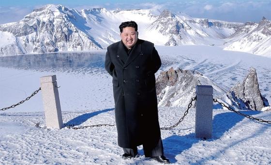 김정은이 최근 백두산에 올랐다고 북한 매체들이 12월9일 일제히 공개한 사진. 김정은은 장성택 숙청 등 중대 결심을 앞두고 백두산 일대를 찾곤 했다. 김 위원장은 20일엔 문 대통령과 함께 백두산에 오른다. [노동신문]