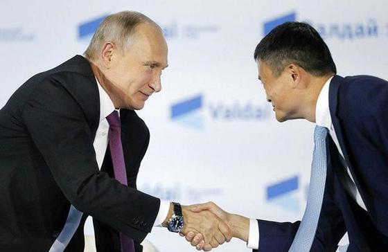지난해 10월 블라디미르 푸틴 러시아 대통령과 마윈 알리바바 회장이 인사를 나누는 모습 [출처: 알리바바]