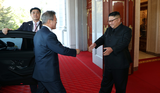 돈독해진 남북정상, 공연·만찬 환대…김정은 정말 가까워졌다