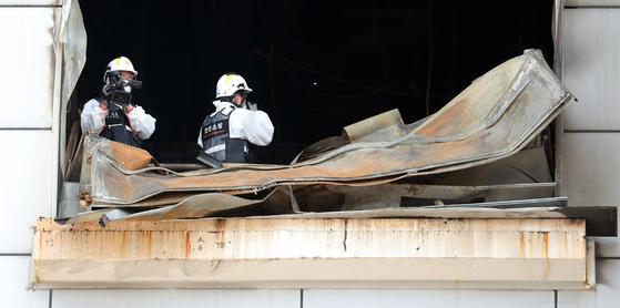 지난달 22일 오전 인천시 남동공단에 위치한 전자제품 제조공장 세일전자 화재현장에서 경찰·소방·가스 등 합동감식단이 감식을 하고 있다. [뉴스1]