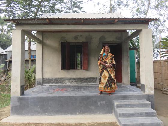 빗물의 낙하속도를 줄이기 위해 지붕 경사를 30도 미만으로 설계한 방글라데시 담라이 지역 주택. [사진 해비타트]