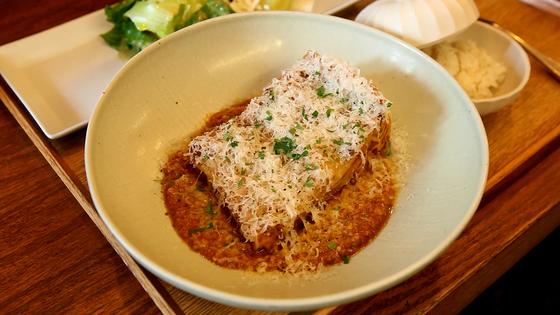 카밀로의 대표 메뉴인 '에밀리아나'. 생면과 라구 소스를 번갈아 쌓은 후 오븐에 굽는다.