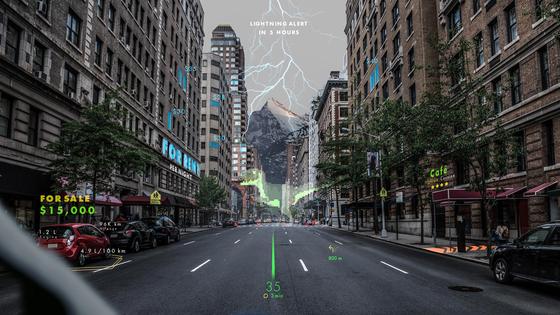 현대자동차가 홀로그램 전문 기업 웨이레이와 공동으로 홀로그램을 활용한 증강현실(AR) 내비게이션 개발에 나선다. 사진은 홀로그램 AR 기술을 내비게이션에 적용한 가상 이미지. [사진 현대자동차]