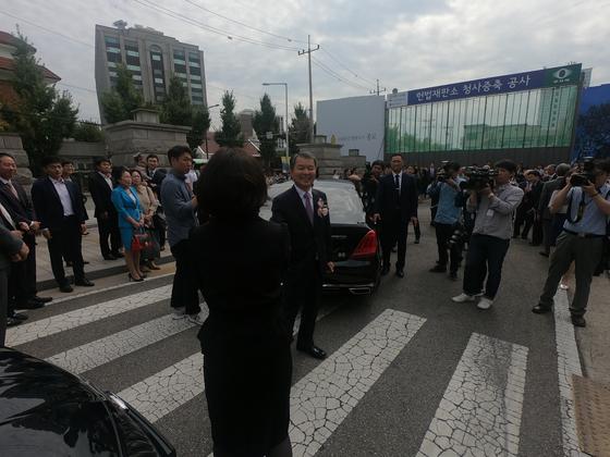 19일 이진성 헌법재판소장이 서울 종로구 헌법재판소에서 퇴임식을 마치고 직원들과 인사하고 있다. 김민상 기자