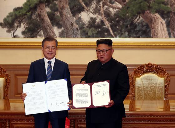 문재인 대통령과 김정은 북한 국무위원장이 19일 백화원 영빈관에서 평양공동선언문에 서명한 후 펼쳐 보이고 있다. [연합뉴스]