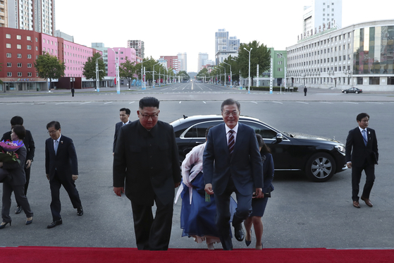 문재인 대통령(가운데 오른쪽)과 부인 김정숙 여사, 김정은 국무위원장 내외가 18일 오후 평양대극장에서 열린 삼지연 관현악단 환영 예술공연에 입장하고 있다. [평양사진공동취재단]