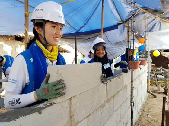 지붕 없이 살던 인도네시아 가정, 새집서 3대 '감동의 눈물'