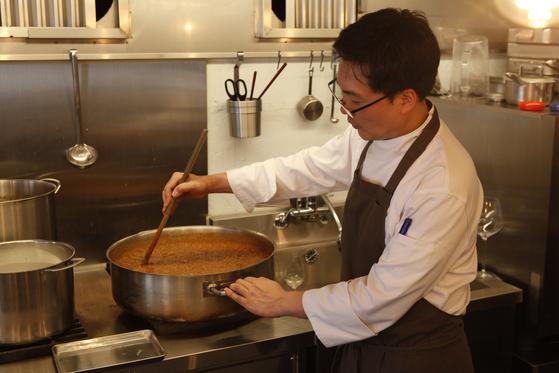 라구 소스를 끓이고 있는 김낙영 오너 셰프. 소스와 생면 모두 직접 만든다.
