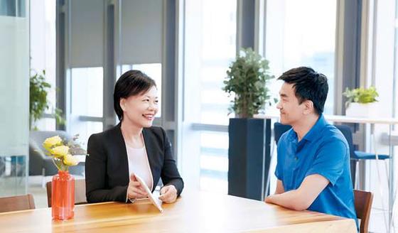 삼성화재 보험설계사가 가족력 컨설팅 시스템으로 상담하고 있다. [사진 삼성화재 ]