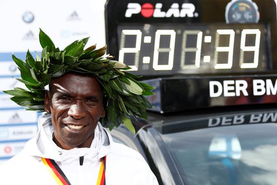 16일 베를린 마라톤에서 마라톤 세계 최고기록을 세운 케냐의 엘리우드 킵초게. [로이터=연합뉴스]