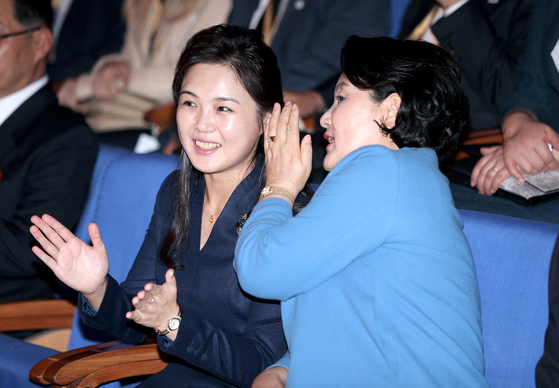 김정숙·이설주, 평양음대서 혁명가극 '꽃파는 처녀' 노래 들어
