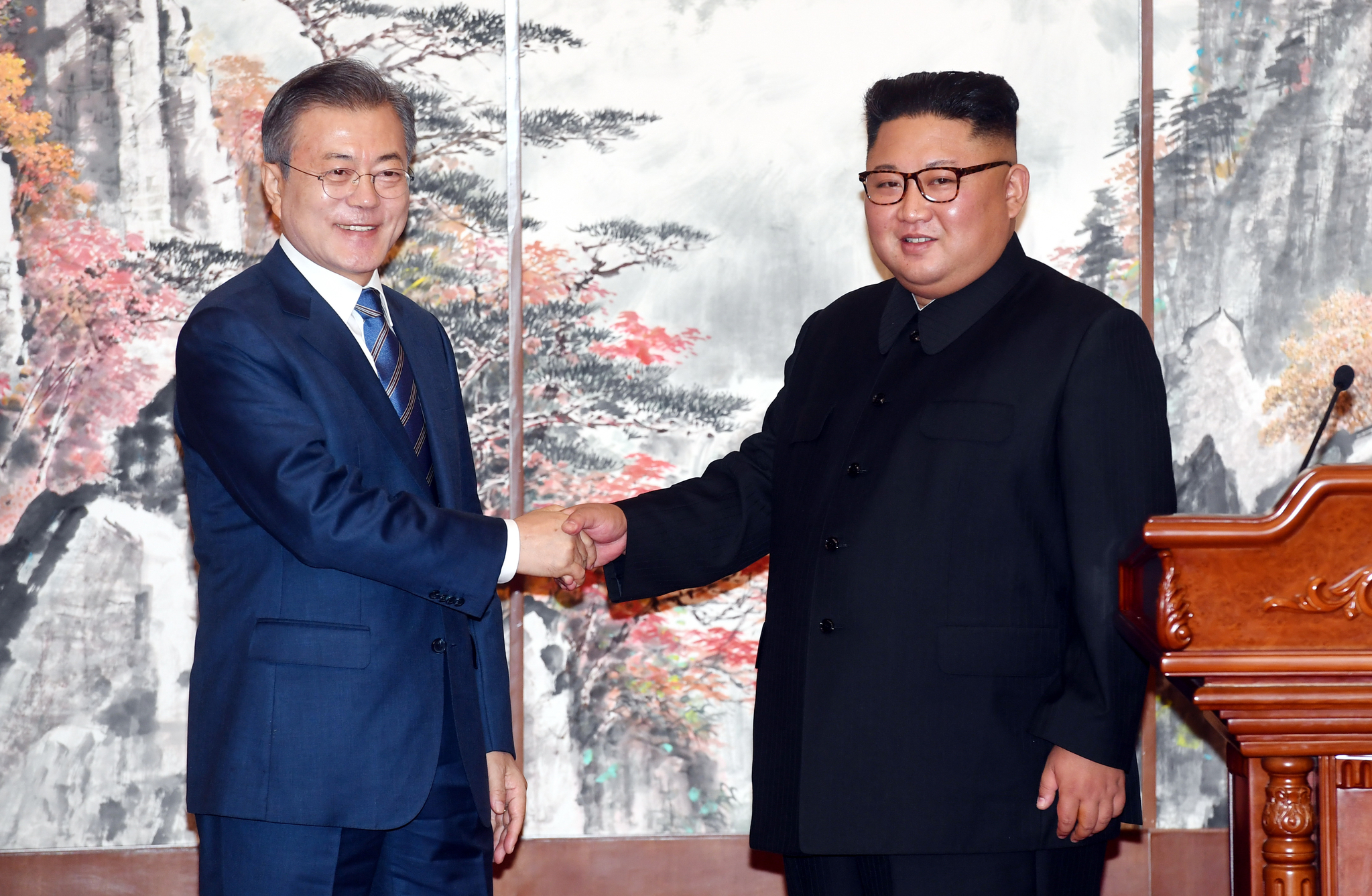 [서소문사진관] 눈에 띄게 표정 어두워진 김정은, 왜 그럴까?