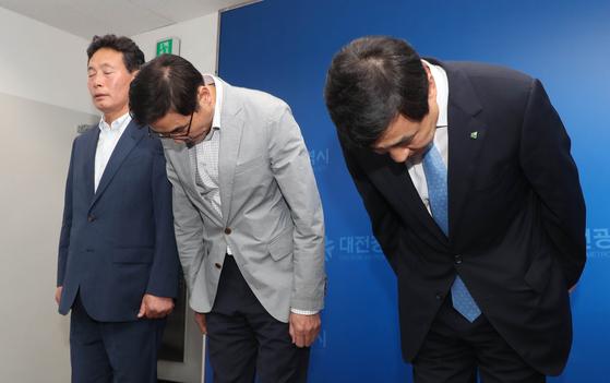 유영균 대전도시공사 사장 등 관계자들이 19일 오전 대전시청에서 전날 대전동물원 퓨마 탈출사고와 관련 긴급 기자간담회에 참석해 고개 숙여 인사하고 있다. [뉴스`]