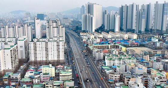 경인고속도로와 경인전철이 인천 도심을 관통해 개발에 어려움이 많다. 경인고속도로 모습. [사진 인천시]