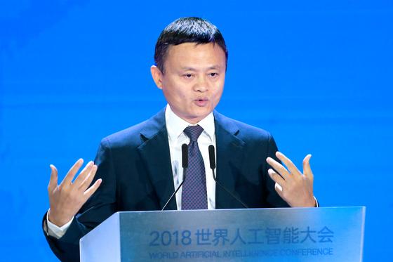 마윈 알리바바 그룹 회장이 17일 상하이 세계인공 지능대회에서 연설하고 있다. [로이터=연합뉴스]