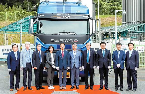 한국가스공사는 친환경 사업 분야에 사업을 집중하고 있다. LNG화물차 차량인도 기념식 모습 [사진 한국가스공사]