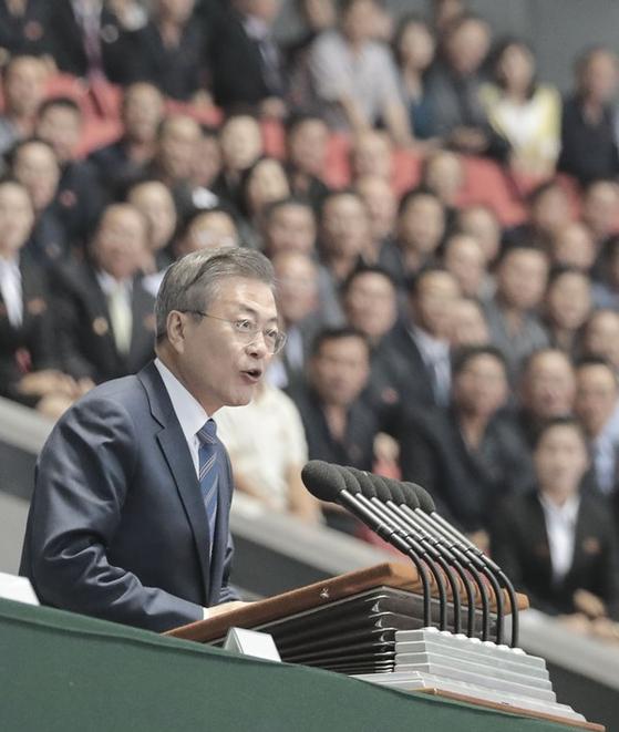 문재인 대통령이 19일 밤 평양 시민들앞에서 연설을 하고 있다. [평양사진공동취재단]