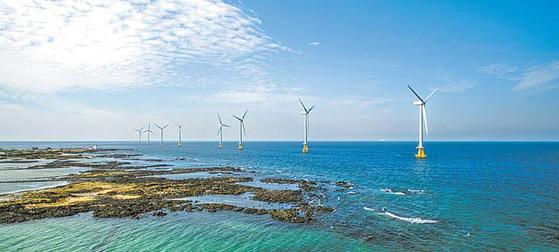 한국남동발전이 해상풍력단지, 영농형 태양광 등 신재생에너지 분야 사업을 적극적으로 추진 중이다. 사진은 지난해 발전 개시에 성공한 30MW 규모의 제주 탐라해상풍력의 모습. [사진 한국남동발전]