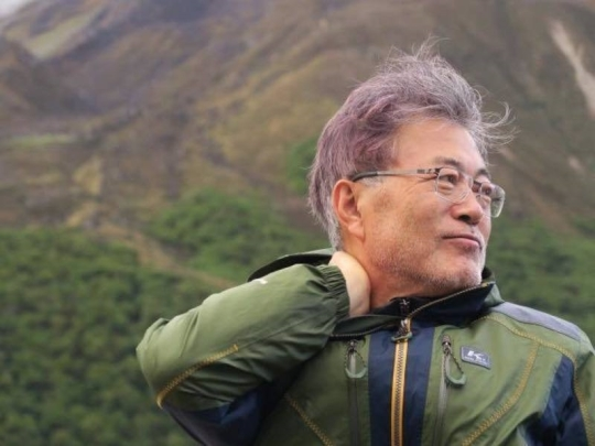 문재인 대통령이 지난 2016년 네팔 히말라야 트레킹 도중 주변을 둘러보고 있다. [문 대통령 페이스북]