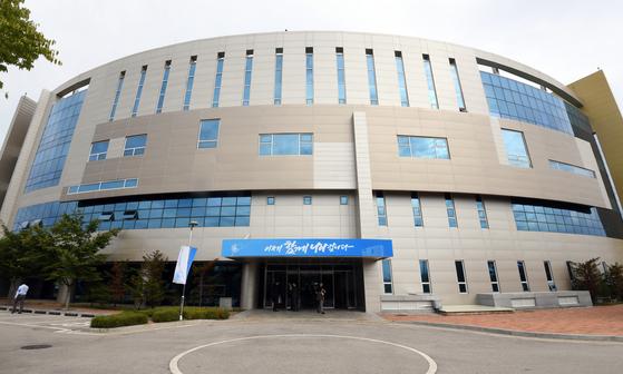 남북공동연락사무소가 판문점 선언으로 합의된 지 140일 만인 14일 개성공단에서 문을 열었다.[연합뉴스]