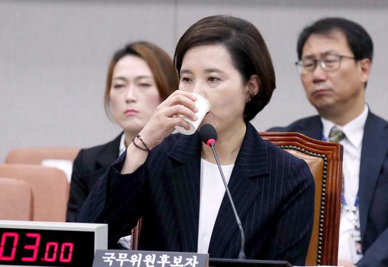 """유은혜 교육부 장관 후보자가 19일 오전 국회에서 열린 인사청문회에 출석해 물을 마시고 있다. 야당 의원들은 '딸 위장 전입 등 다양한 의혹이 제기되고 있다""""며 후보자의 도덕성 문제를 지적했다. [오종택 기자]"""
