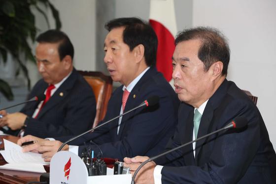 김병준 자유한국당 비대위원장(오른쪽)이 20일 오전 국회에서 열린 비상대책위원회의에 참석해 발언하고 있다. 오종택 기자