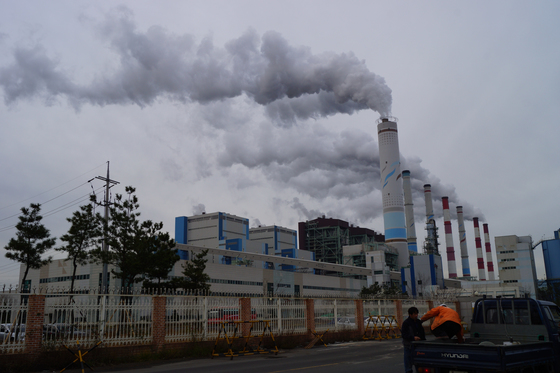 환경부는 2016년 국내 온실가스 배출량이 전년 대비 0.2% 늘어난 것으로 집계됐다고 20일 밝혔다. 사진은 충남지역의 한 석탄화력발전소 모습. [중앙포토]
