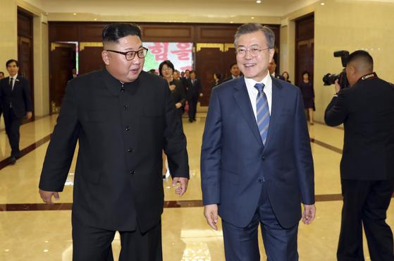 문재인 대통령과 김정은 국무위원장이 19일 밤 평양 5.1 경기장에서 열린 '빛나는 조국'을 관람한 뒤 공연장을 나서고 있다. 평양사진공동취재단