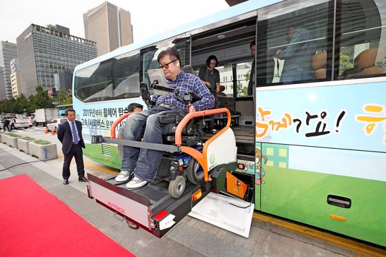 [사진] 휠체어 탄 채 고속버스 탑승