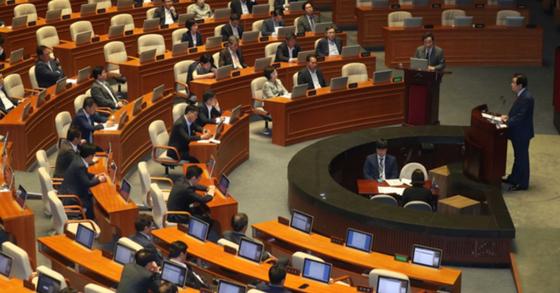 국회는 20일 본회의를 열고 계약갱신권 기한을 5년에서 10년으로 늘리는 내용의 상가임대차보호법 개정안을 처리했다. [중앙포토]