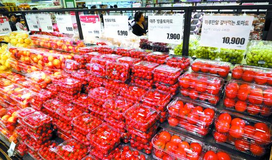 19일 서울시내 대형마트에서 방울토마토와 일반 토마토가 진열돼 있다. 한국농수산식품유통공사(aT)에 따르면 전날 방울토마토가 1kg당 평균 9,870원에 팔린 것으로 집계됐는데 이는 1개월 전 가격인 5,411원보다 82.4%나 오른 것이다. 일반 토마토 역시 한 달 전 3,459원 보다 2,599원 오른 6,058원으로 75.1%의 상승률을 보였다. 정부는 올여름 폭염과 태풍으로 인해 강원도 지역의 작황이 좋지 않아 물량에 타격이 있는 것으로 보고 타 지역 출하를 독려하는 등 대책을 마련하고 있다. [뉴스1]