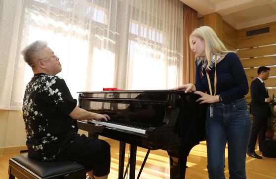 20일 삼지연초대소에서 김형석 작곡가의 피아노 연주에 맞춰 노래하는 가수 알리. [평양사진공동취재단]