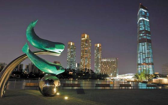 송도국제도시에는 센트럴 파크와 송도컨벤션센터 등 독특한 건물이 들어서 있다. 송도국제도시 야경.
