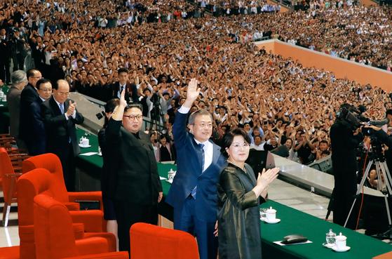문 대통령 5·1경기장 7분 연설, 15만 관중 10차례 박수
