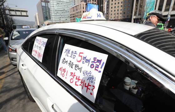 일부 택시 기사들이 지난 3월 택시 요금 인상을 요구하며 주행 시위를 벌이고 있다. [연합뉴스]