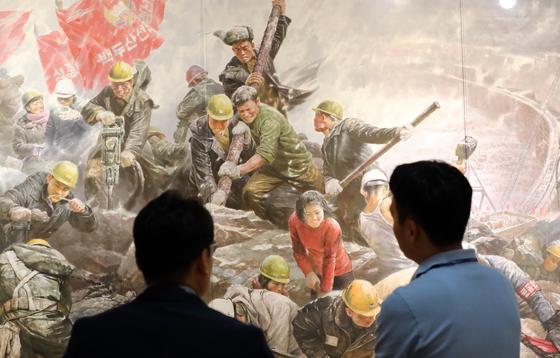 북한미술전이 열리는 '2018 광주비엔날레'를 찾은 관람객들이 북한의 미술작품을 관람하고 있다. [연합뉴스]