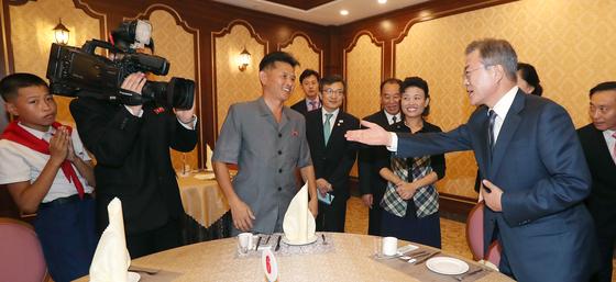 문재인 대통령이 19일 저녁 김정은 국무위원장과의 만찬장인 평양 대동강구역 '대동강 수산물 식당'을 방문, 시민들과 대화하고 있다. 평양사진공동취재단