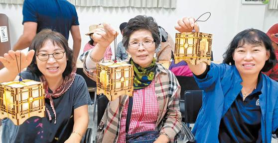 지난 14일 농촌관광 기차여행 참석자들이 신사임당의 초충도 LED 등 만들기를 체험했다. [사진 한국농어촌공사]