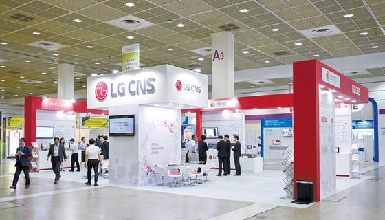 LG CNS가 신기술 분야의 플랫폼·솔루션 전략브랜드를 론칭하고 플랫폼 사업을 강화하고 있다. 사진은 지난 8월 서울 코엑스에서 열린 IT 전시회에서 전략브랜드 전시 모습. [사진 LG CNS]