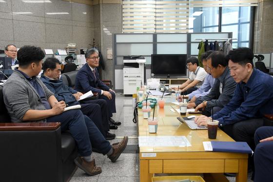 김재현 산림청장(왼쪽 셋째)이 21일 정부대전청사 기자실에서 기자간담회를 열고 있다. [사진 산림청]