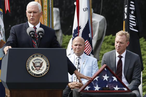 20일(현지시간) 마이크 펜스 미국 부통령이 워싱턴DC 내셔널 몰에 있는 한국전쟁기념공원에서 열린 미군 전사자 유해 송환 행사에서 기념사를 하고 있다. [AP=연합뉴스]