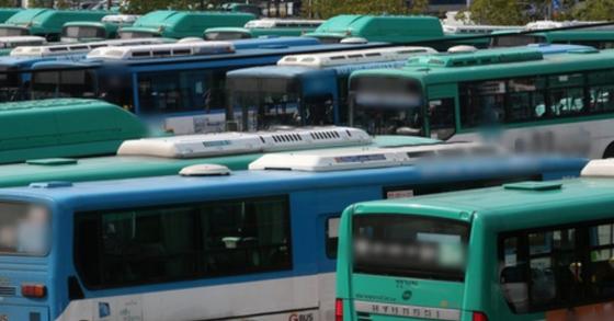 근로여건 개선을 요구하며 전날(20일) 파업에 돌입했던 수원 버스업체 용남고속 노사가 21일 오전 최종 협의안을 타결했다. 용남고속 노조는 금일부터 버스 운행을 정상 재개한다. 사진과 기사 내용은 관련이 없습니다. [연합뉴스]