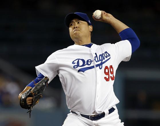 추석 연휴에도 스포츠는 계속된다. 메이저리그 LA 다저스의 투수 류현진은 추석 당일인 24일 시즌 6승에 도전한다. [AP=연합뉴스]