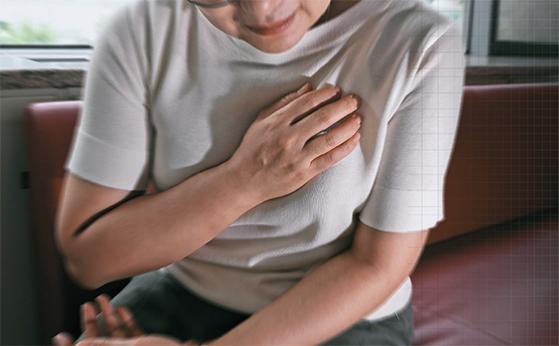 당뇨·고혈압·고지혈증을 앓는 중년 여성에게 이유 없이 가슴이 답답하고 두근거리는 증상이 이어지면 심장질환을 의심해야 한다. [최승식 기자]