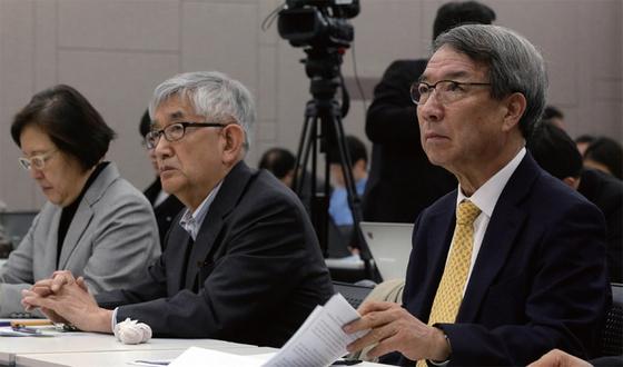 2016년 11월 15일 서울대에서 '헌정 위기, 누가 어떻게 극복할 것인가'란 주제로 시국 대토론회가 열렸다. 최장집 고려대 명예교수(왼쪽)와 정운찬 전 서울대 총장이 기조연설을 했다.