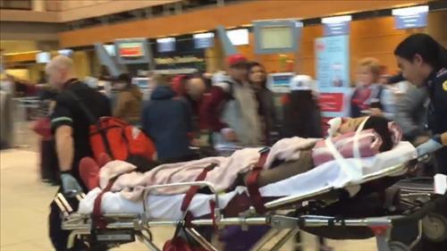 난기류를 만나 부상당한 승객이 공항 도착 뒤 병원으로 옮겨지고 있다. [연합뉴스]